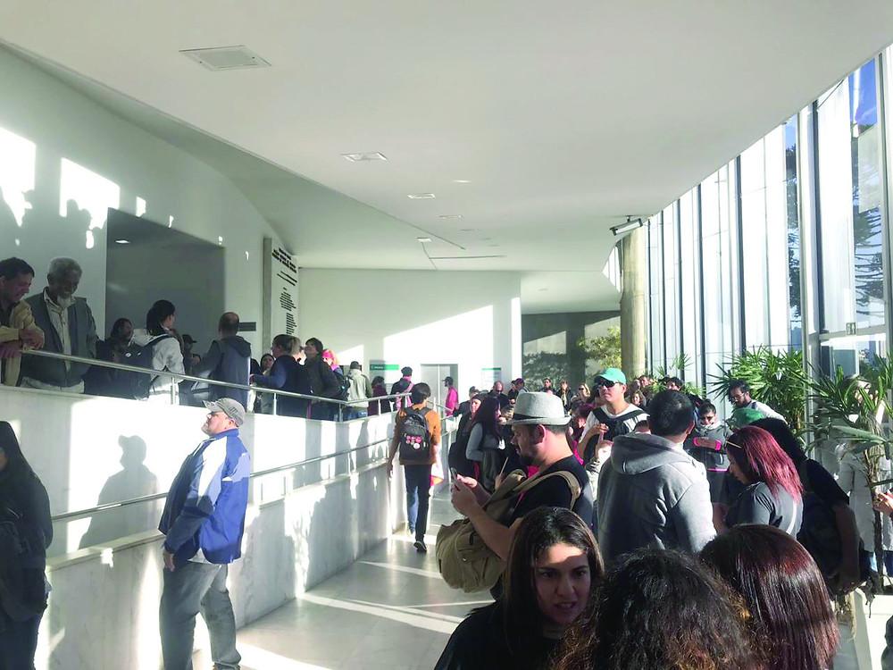 Servidores ocupam Assembleia e exigem proposta do governo