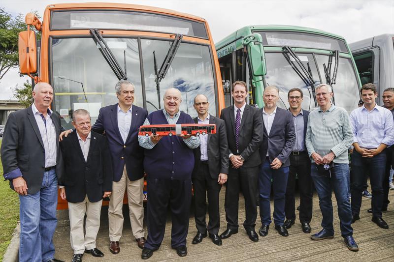 Prefeitura apresenta 45 novos ônibus da Mercedes Benz
