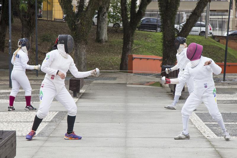 Preifeitura de Curitiba oferece aulas grátis de esgrima
