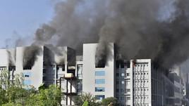 Incêndio atinge prédio de fábrica de vacinas na Índia