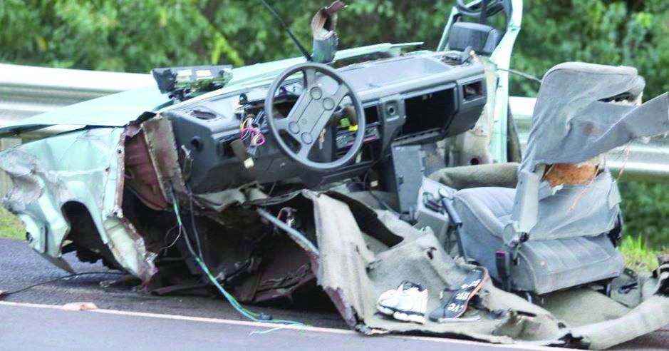Ônibus corta carro ao meio, mata dois e deixa 35 feridos
