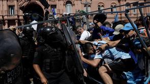 Tumulto interrompe velório de Maradona na Casa Rosada