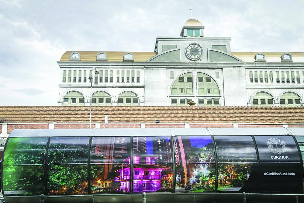 Exposição leva pontos turísticos às estações-tubo