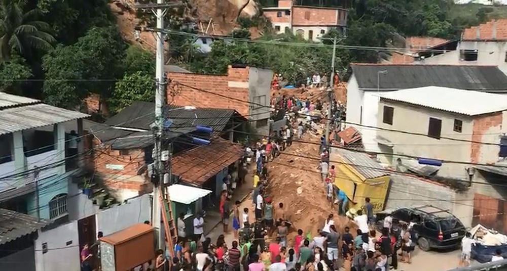Dez pessoas morrem em deslizamento em Niterói