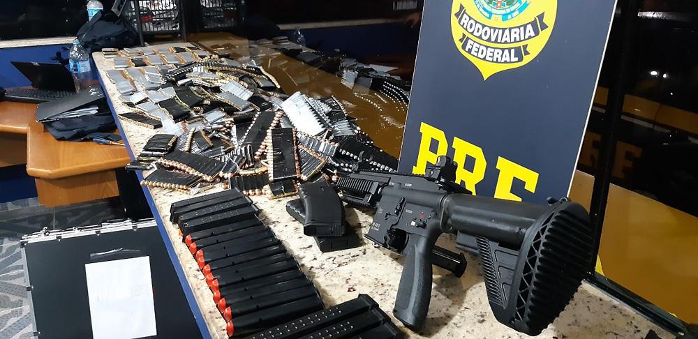 PRF apreende fuzil, pistolas e 5,7 mil munições no Paraná