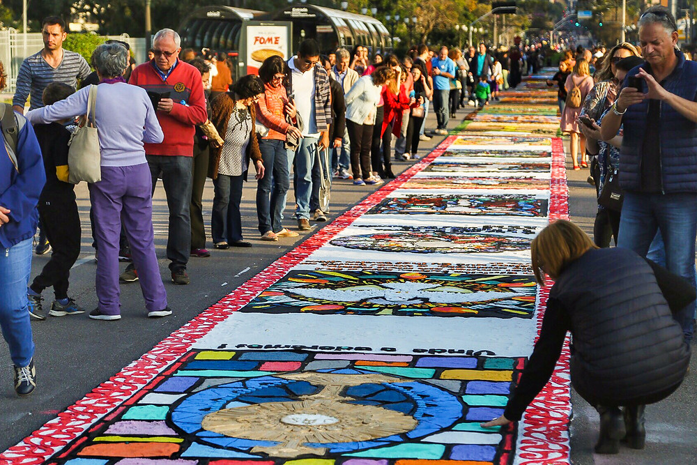 Tapetes tradicionais colorem ruas do Paraná no Corpus Christi