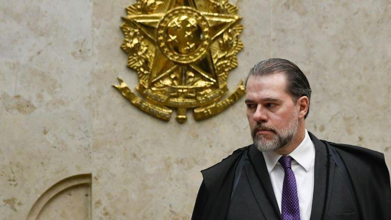 Toffoli livra Flávio Bolsonaro e suspende inquéritos com dados do Coaf