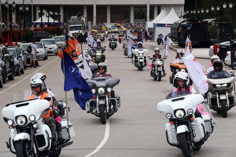 """Desfile de """"harleyros"""" pelo Outubro Rosa reúne 1,5 mil motociclistas"""