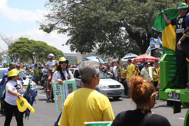Defensores de Bolsonaro promovem atos de apoio no país