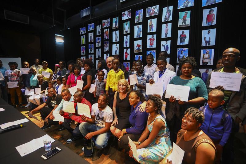 Haitianos recebem diploma do curso de português em Curitiba