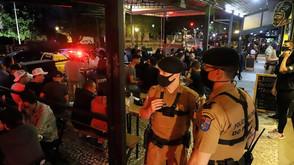Fiscalização fecha mais quatro estabelecimentos na noite de sábado