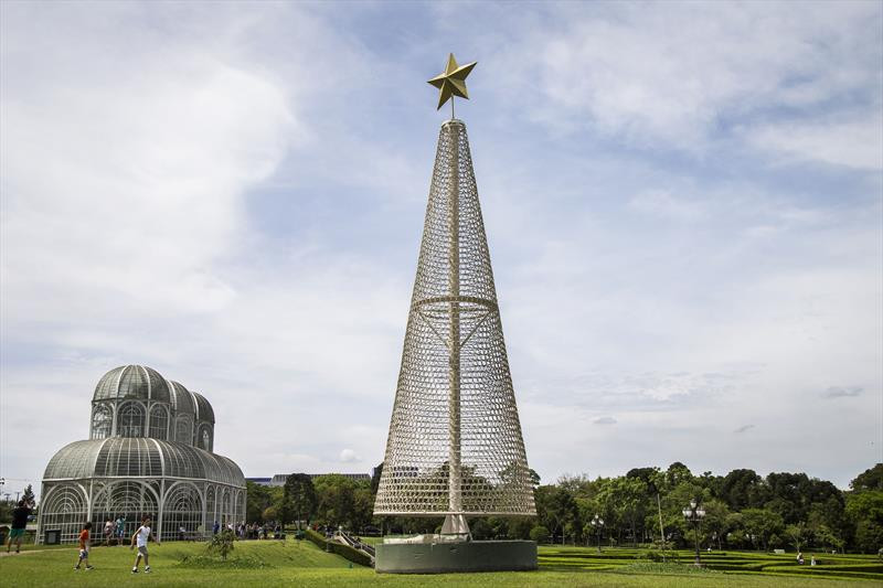 Prefeitura começa a montar as árvores do Natal de Curitiba