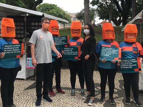 """Partido Novo faz campanha com """"cabeças-laranja"""""""