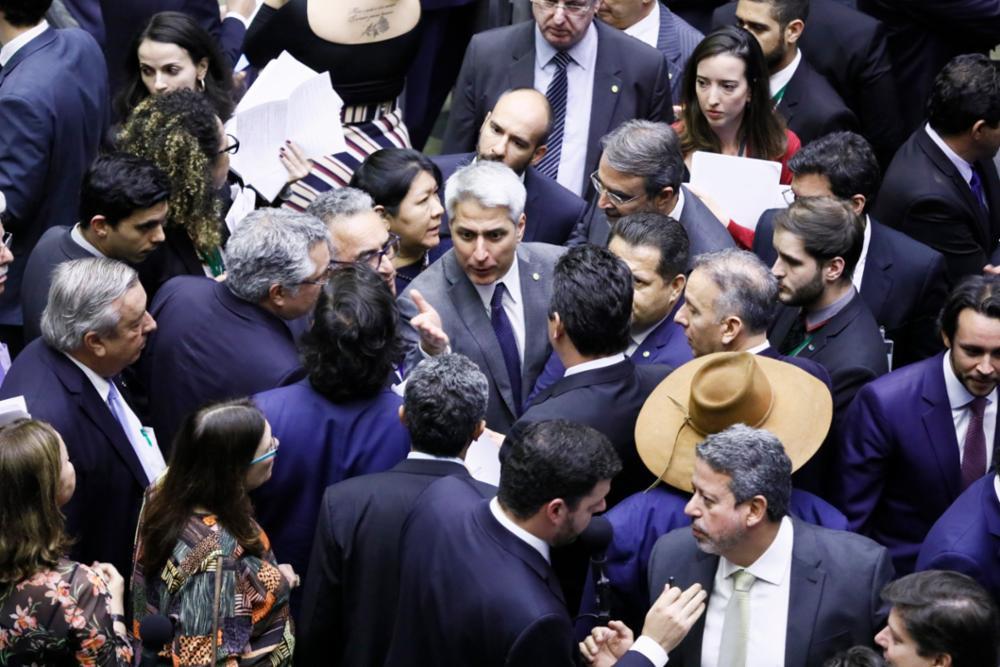 Câmara reduz ministérios e tira Coaf de Moro