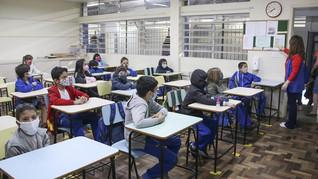 Estudantes da rede municipal curitibana retomam rotina 100% presencial