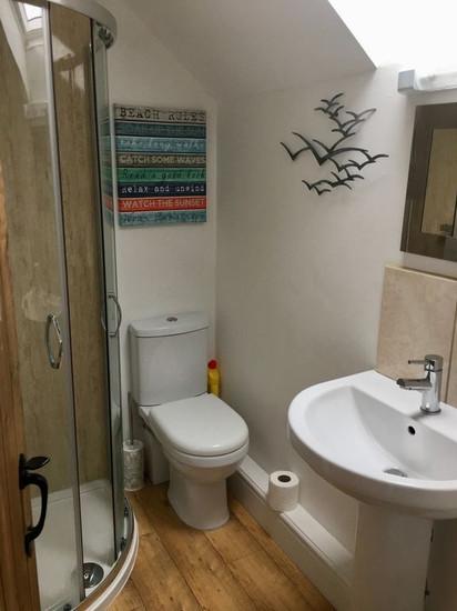 Min-Y-Ffordd Upstairs Bathroom.jpg