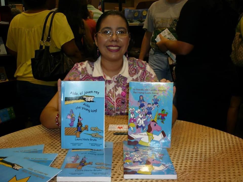 Laura Nieto con sus libros
