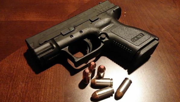 Une mère tuée par un coup de feu de son bébé de 2 ans, le père accusé d'homicide involontaire