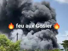 GUADELOUPE -GOSIER -un feu de broussailles menace plusieurs maisons a belle plaine