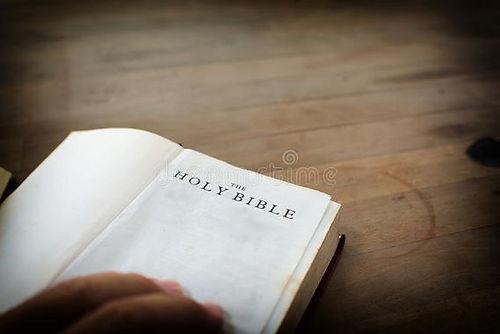 vieille-bible-ouverte-de-houx-avec-en-bo