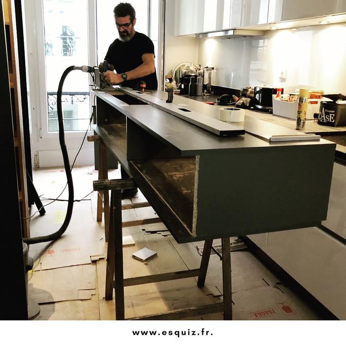 ESQUIZ, pendant la pose de la cuisine par notre ébéniste à Paris 8 iem.
