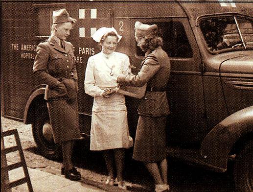 7._WWII-1940-64_infirmière_devant_ambula