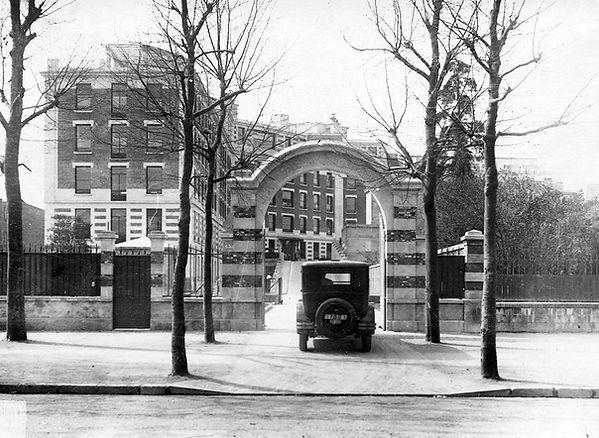 1._1920-43_voiture_entrée_hopital.jpg