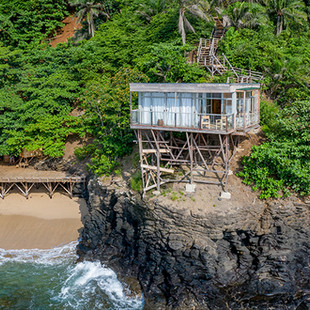 Mawo House: Right above the ocean waves
