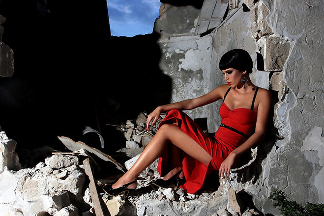 Modell im roten Kleid