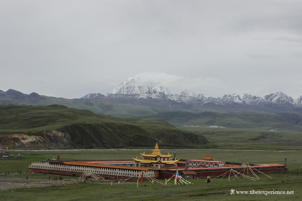 Монастырь Тагонг на фоне горы Йала