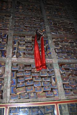 Тибет. Монастырь Сакья. Выпавшая рукопись.jpg