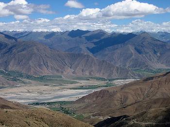 Река Брахмапутра, по последним данным, берет начало у ледника Янгси (Angsi Glacier) в уезде Буранг, примерно в 140 км. от Кайласа.