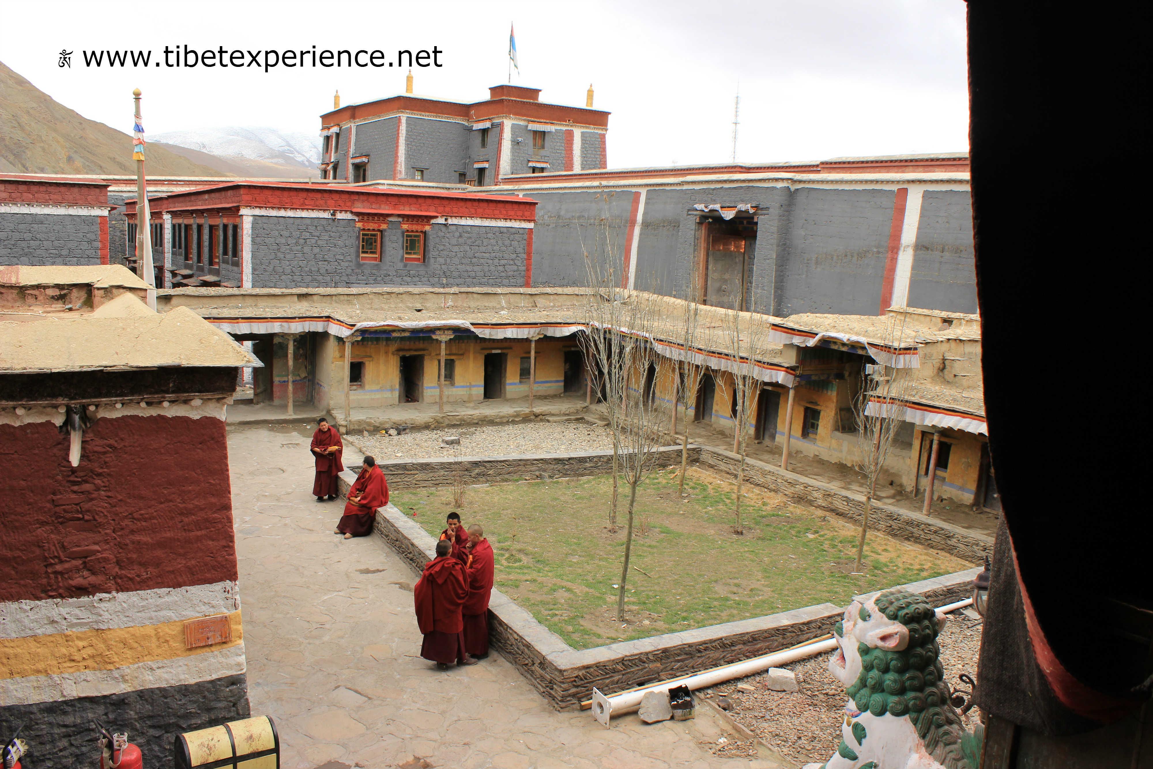 Тибет. Монастырь Сакья. Монахи.jpg
