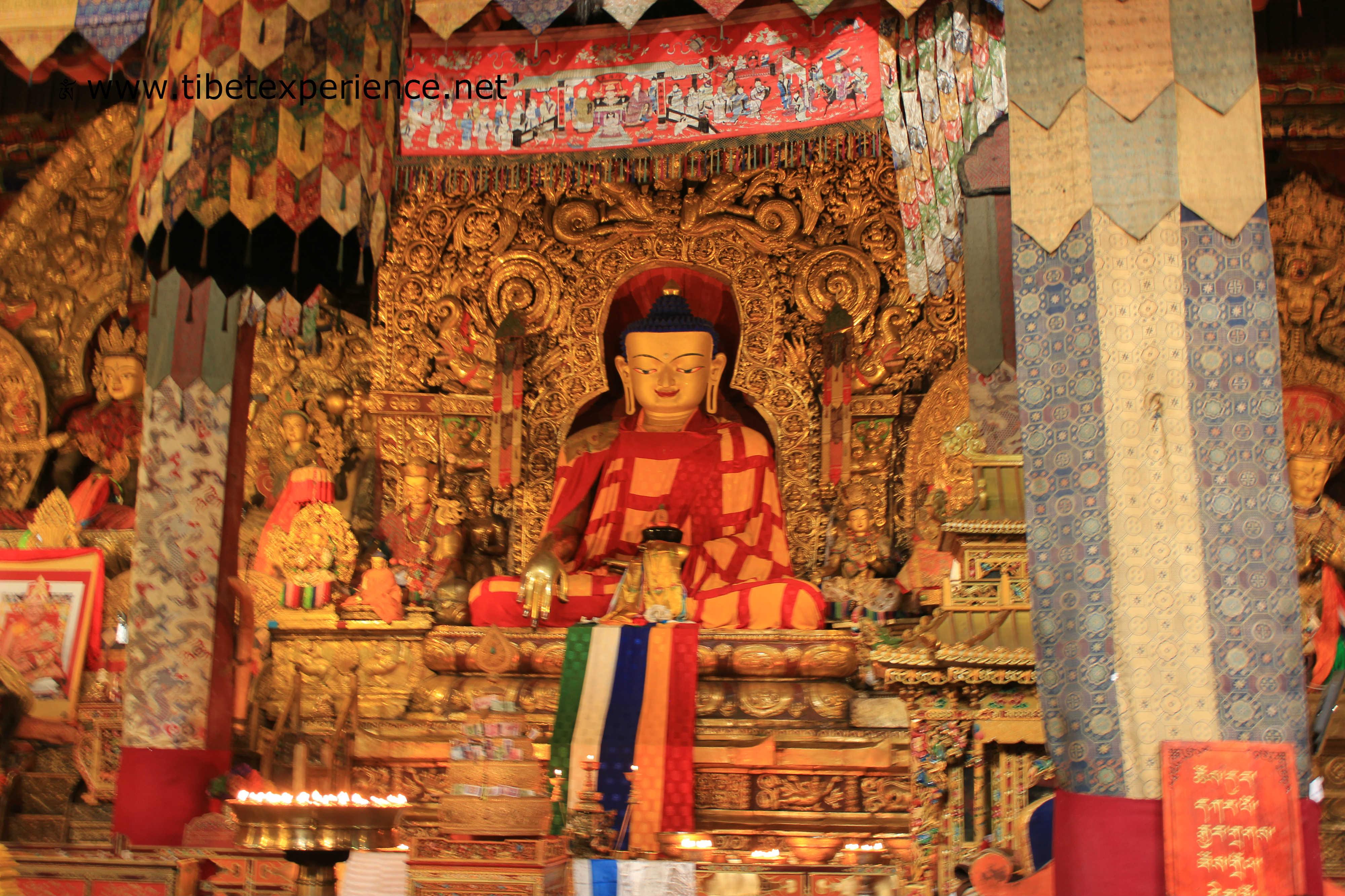 Тибет. Монастырь Сакья. Зал Собраний. Будда Шакьямуни.jpg