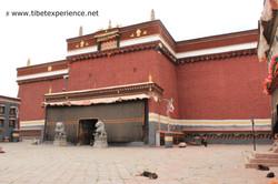 Тибет. Монастырь Сакья. Вход в основной зал собраний.jpg