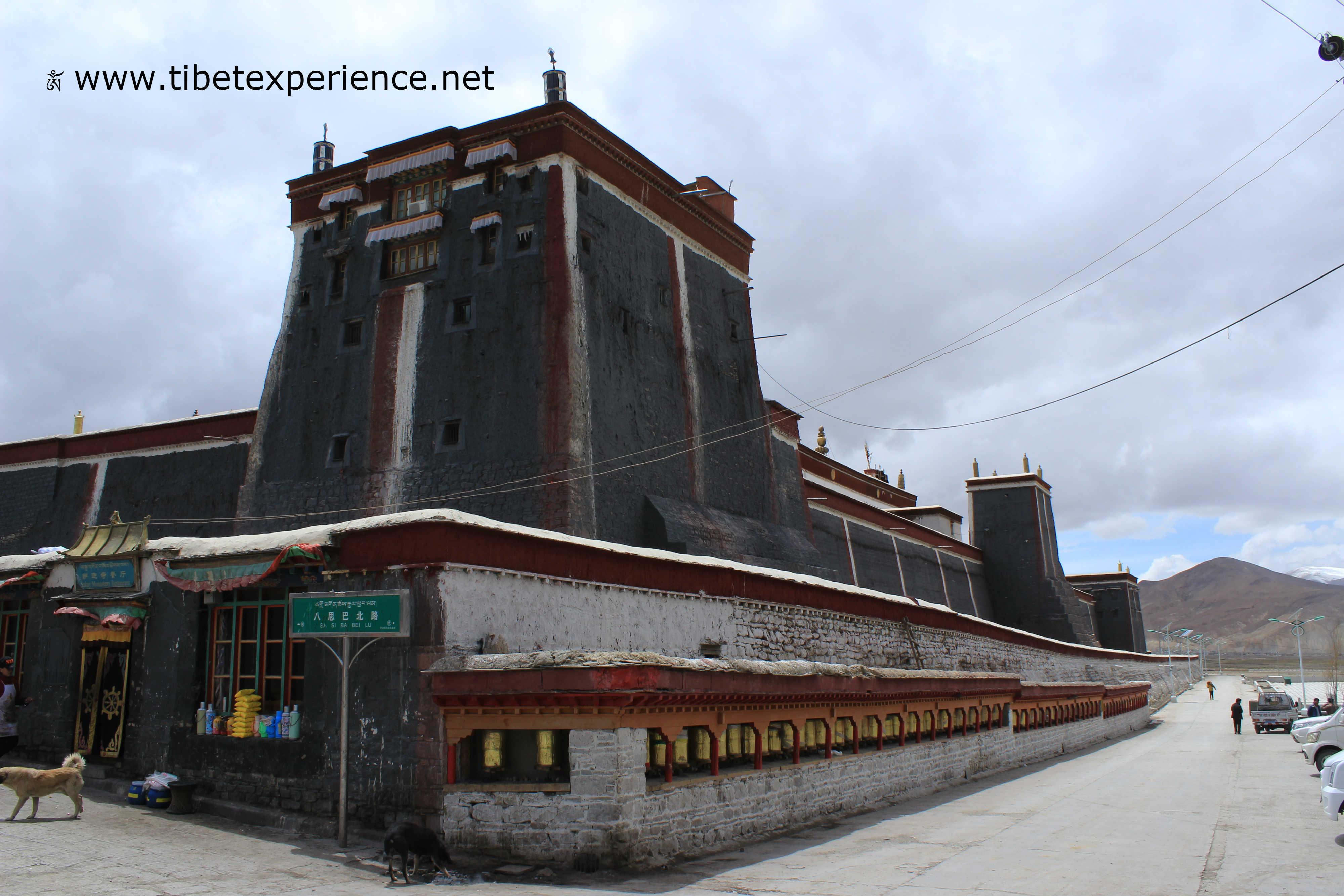 Тибет. Монастырь Сакья. Внешняя стена.jpg