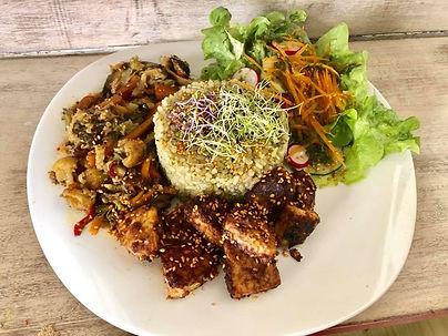 Piatto macro con tempeh riso verdure sal