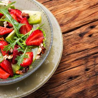 fresh-strawberry-salad-N2YFVXT.jpg