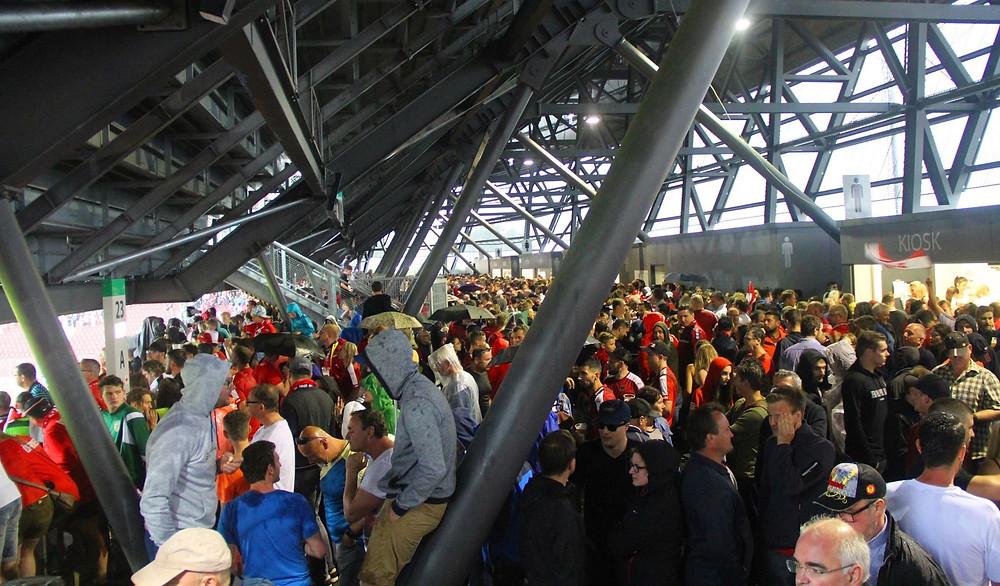 Torcedores fogem da chuva no estádio