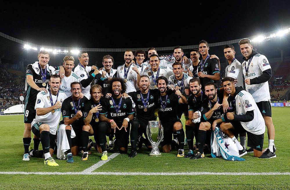 Real Madrid posa com a taça da Supercopa da Uefa
