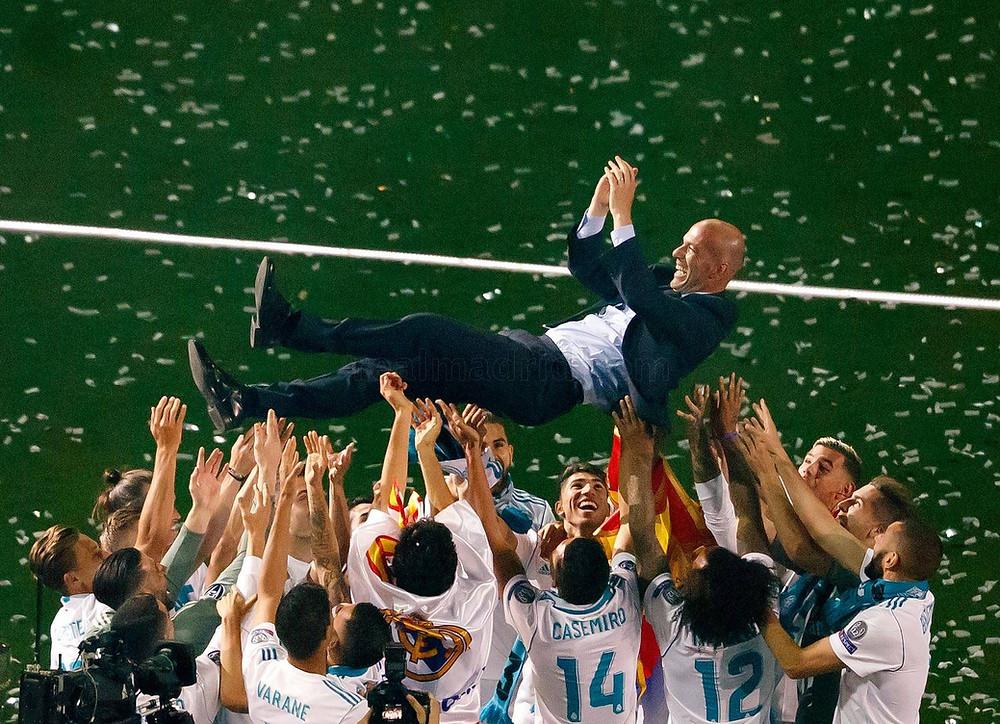 Zidane carregado pelos jogadores do Real Madrid