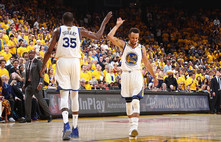 Kevin Durant e Stephen Curry em jogo pelo Golden State Warriors