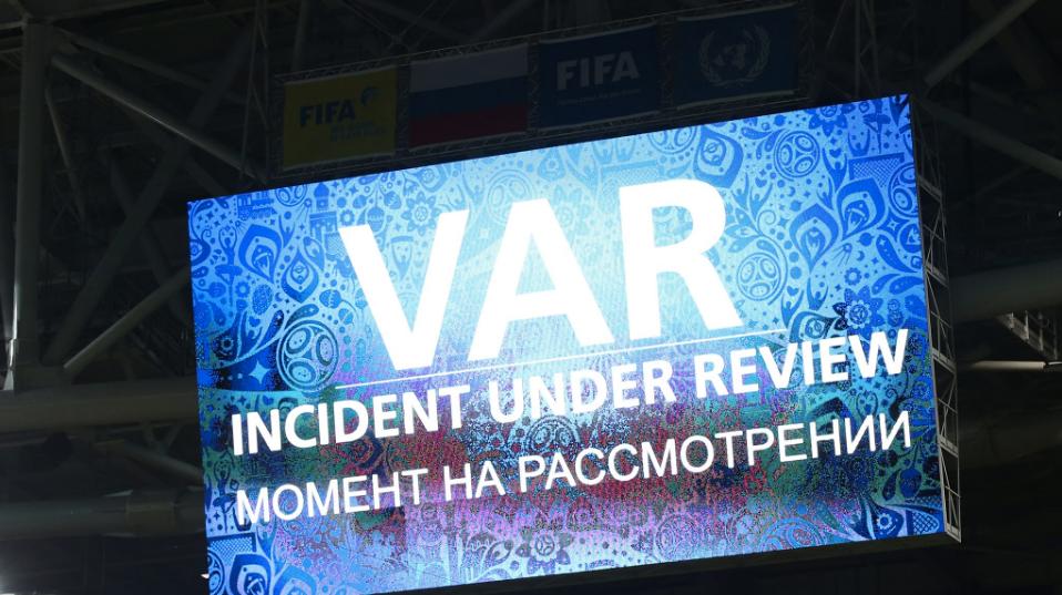 Telão aponta a arbitragem por vídeo em jogo pela Copa das Confederações
