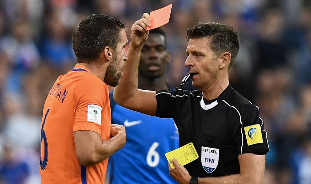 Strootman é expulso no jogo contra a França