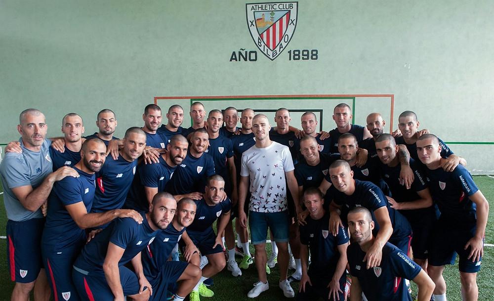Time do Athletic Bilbao recepciona o zagueiro Álvarez de cabeças raspadas