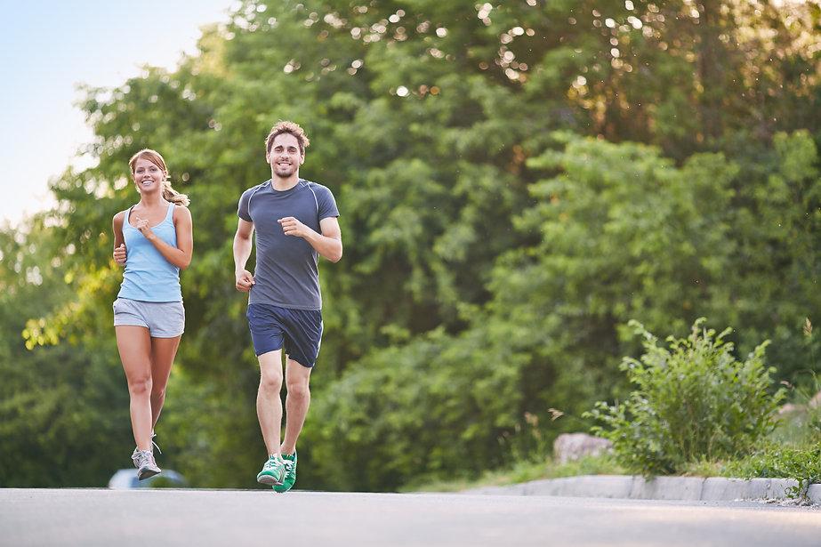 coppia famiglia correre jogging natura.j