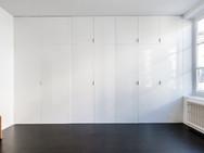 Kastenwand slaapkamer met deur naar lift