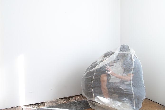 Photographie narrative mettant en scène deux corps ceints dans une structure textile