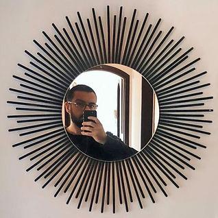homem com celular em espelho sol sustentável hashis reciclados