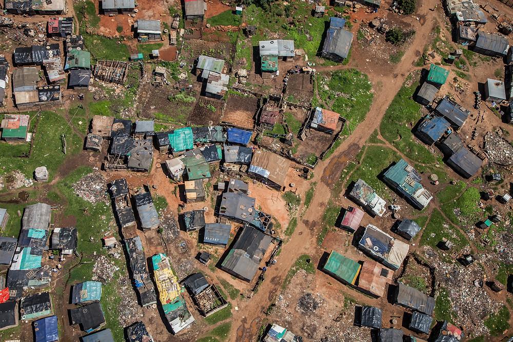 vista aérea de uma favela na áfrica do sul